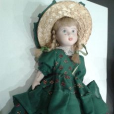 Muñecas Porcelana: MUÑECA DE PORCELANA CON SOMBRERO Y VESTIDO VERDE. . Lote 48456555