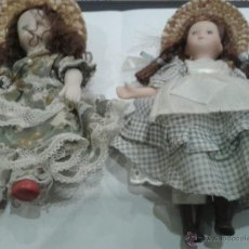 Muñecas Porcelana: PAREJA DE MUÑECAS DE PORCELANA CON SOMBRERO DE MIMBRE. Lote 48456598