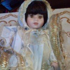Muñecas Porcelana: ANTIGUA MUÑECA DE PORCELANA,CON MOISÉS DE MIMBRE Y PUNTILLAS HECHO A MANO.OJOS DE CRISTAL.. Lote 48759101