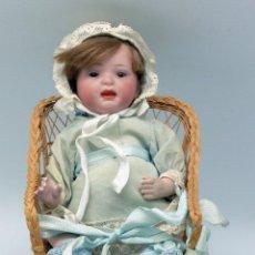Muñecas Porcelana: MUÑECA PORCELANA ARTICULADA OJO DURMIENTE SENTADA SILLA MIMBRE HACIA 1900. Lote 49729227