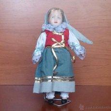 Muñecas Porcelana: MUÑECA ANTIGUA EN PORCELANA CON LA CARA PINTADA A MANO Y TRAJE TRADICIONAL DE LA REPUBLICA CHECA .. Lote 49856415