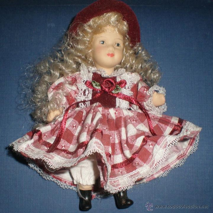 Muñecas Porcelana: MUÑEQUITA RUBIA DE CERÁMICA ARTICULADA DE 14 cm. ATAVIADA CON VESTIDO INGLÉS. SE RECOGE EN CAJA BAUL - Foto 2 - 50522359