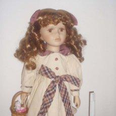 Muñecas Porcelana: MUÑECA DE COLECCIÓN PINTADA A MANO DE PORCELANA. Lote 51063371