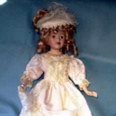 Muñecas Porcelana: PRECIOSA MUÑECA DE 42 CM. ENTRE PORCELANA Y TERRACOTA VESTIDO DE EPOCA.NUEVA. Nº.+ LETRA EN ESPALDA.. Lote 48324009