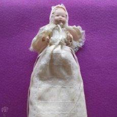 Muñecas Porcelana: MUÑECA MUÑECO BEBE CON FALDON BLANCO LARGO, PORCELANA, . Lote 51444505