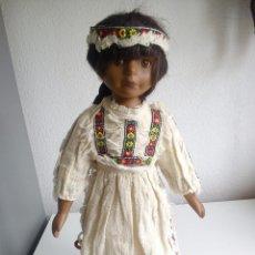 Muñecas Porcelana: PRECIOSA Y ANTIGUA MONECA INDIA ,HECHA DO PORCELANA LOS MEMBROS Y LA CABEZA EL CUERPO ES DE PANO. Lote 51619500