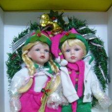 Muñecas Porcelana: CORONA DE NAVIDAD-CON LOTE DE 2 MUÑECAS DE PORCELANA NUEVO EN CAJA. Lote 51935645