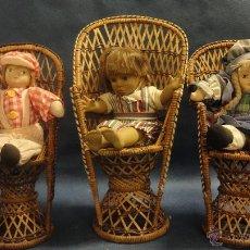 Muñecas Porcelana: TRES MUÑECOS DE TRAPO Y ROSTRO DE PORCELANA PINTADO A MANO SILLAS DE MIMBRE. Lote 51998252