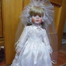 Muñecas Porcelana: MUÑECA DE PORCELANA AÑOS 90 VESTIDO BLANCO BODA CON VELO ENAGUAS ZAPATOS CALCETINES Y PEANA. Lote 52538781