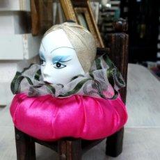 Muñecas Porcelana: RUSTICA SILLA DE MADERA CON COJÍN ARLEQUÍN. Lote 52888512