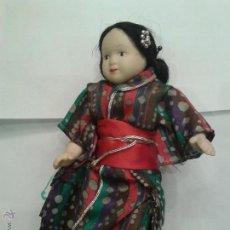 Muñecas Porcelana: MUÑECA POPULAR DE PORCELANA CON VESTIDO ORIENTAL DE 20CM TRAJE DE SEDA. Lote 44776456