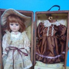 Muñecas Porcelana: CAJA - ARMARIO CON MUÑECA DE PORCELANA Y VESTIDOS - VER 7 FOTOS - , AÑOS 60.. R- 684. Lote 53148252