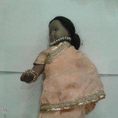 Muñecas Porcelana: MUÑECA POPULAR DE PORCELANA CON VESTIDO HINDU DE 20CM TRAJE DE SEDA. Lote 44776433