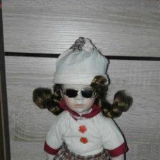Muñecas Porcelana: MUÑECA PORCELANA CON GAFAS DE SOL REGAL ARTS. CON SU CAJA ORIGINAL. Lote 54880663