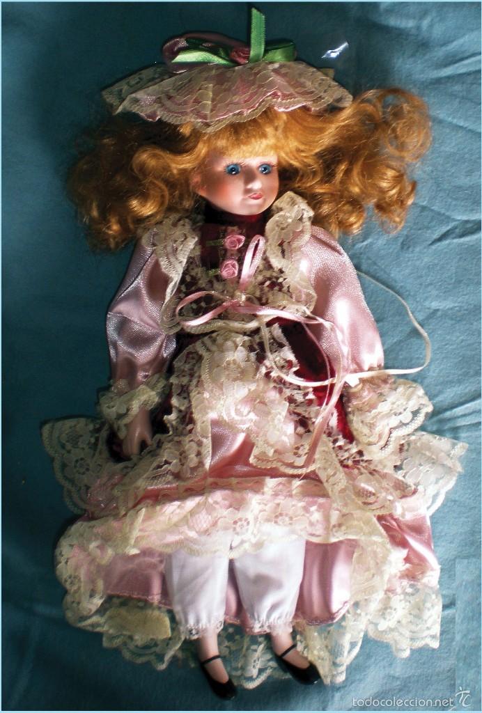 Muñecas Porcelana: MUY BONITA MUÑECA DE PORCELANA, VESTIDO MEDIEVAL DE RASO, CAPA Y PAMELA, PESTAÑAS. 43 cm. - Foto 4 - 56013134