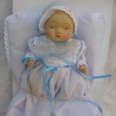 Muñecas Porcelana: MUÑECA PORCELANA BEBÉ ESTILO ANTIGUA CON TRAJECITO DE BAUTIZO BEBÉ TRAJE BAUTISMO. Lote 56026233