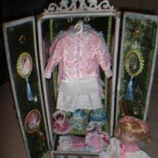Muñecas Porcelana: ARMARIO MUÑECA DE PORCELANA, MUÑECA ANTIGUA, ARMARIO DE JUGUETE, JUGUETE CLASICO. Lote 56318065