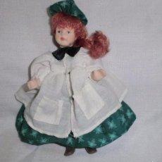 Muñecas Porcelana: PRECIOSA MUÑECA DE PORCELANA PELIRROJA VESTIDA DE PINTORA. Lote 57188798