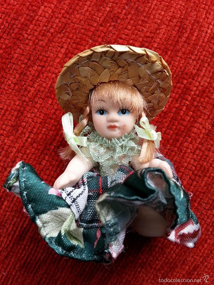 PEQUEÑA MUÑECA DE PORCELANA Y VESTIMENTA ARTESANAL (Juguetes - Muñeca Extranjera Moderna - Porcelana)