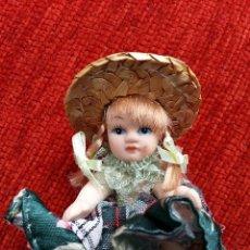 Muñecas Porcelana: PEQUEÑA MUÑECA DE PORCELANA Y VESTIMENTA ARTESANAL. Lote 57194283
