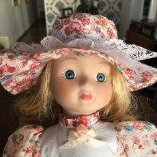 Muñecas Porcelana: MUÑECA DE PORCELANA CON VESTIDO CAMPESTRE. Lote 57493446