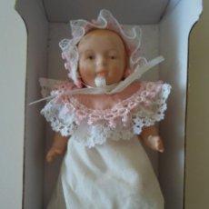 Muñecas Porcelana: MUÑECA BEBE - 14 CM DE ALTO- EN CAJA ORIGINAL. Lote 57588863