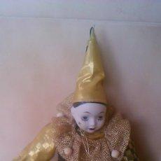Muñecas Porcelana: PRECIOSO PIERROT DE TRAPO CON CABEZA Y MANOS DE PORCELANA,TRAJE DORADO.. Lote 58191784