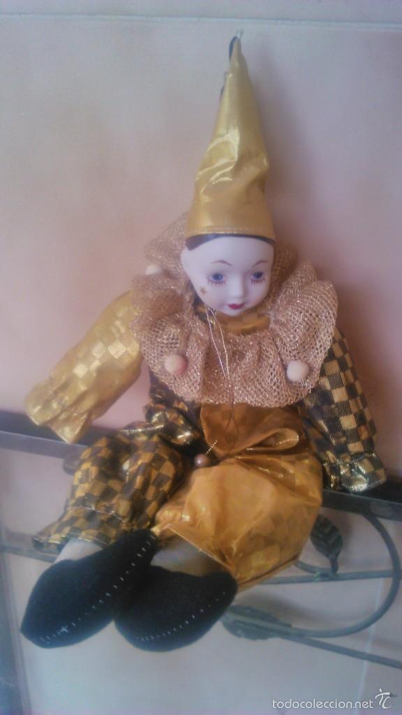 Muñecas Porcelana: Precioso pierrot de trapo con cabeza y manos de porcelana,traje dorado. - Foto 2 - 58191784