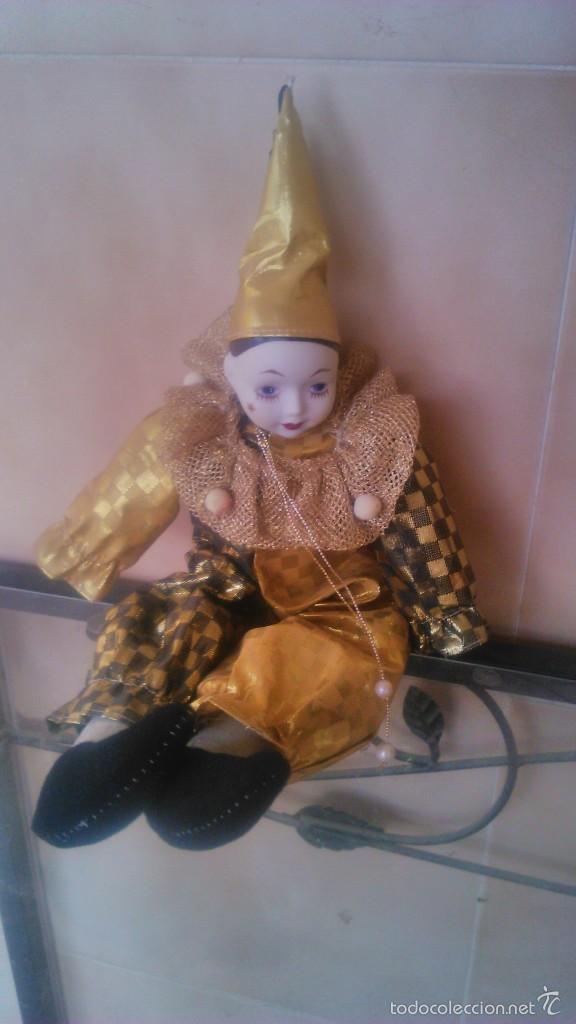 Muñecas Porcelana: Precioso pierrot de trapo con cabeza y manos de porcelana,traje dorado. - Foto 3 - 58191784