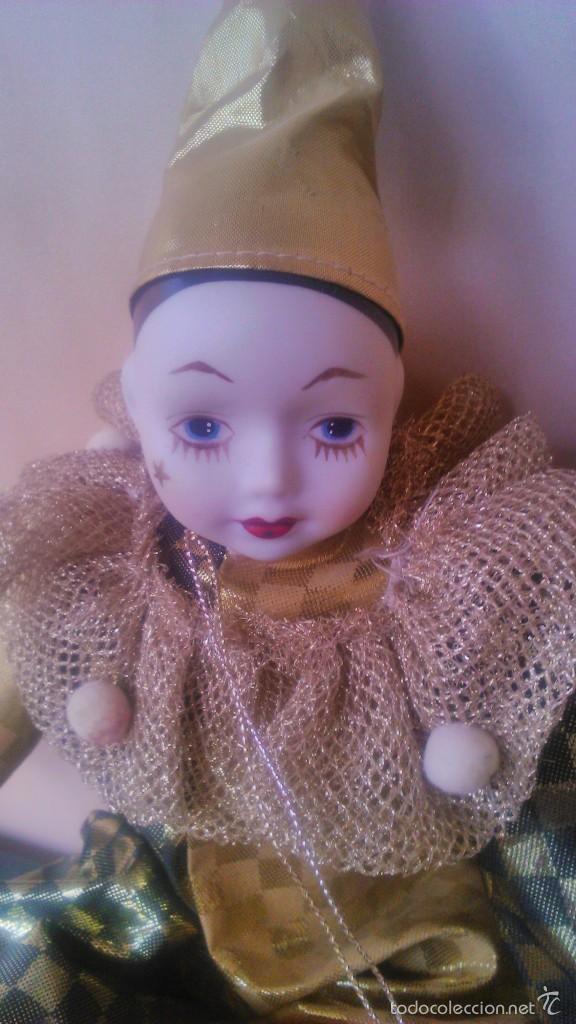 Muñecas Porcelana: Precioso pierrot de trapo con cabeza y manos de porcelana,traje dorado. - Foto 4 - 58191784