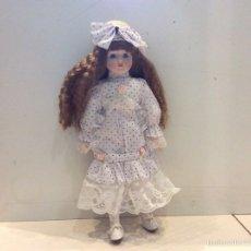 Muñecas Porcelana: MUÑECA PORCELANA OJOS FIJOS CUERPO DE TELA 42 CM. Lote 58490591
