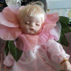 Muñecas Porcelana: PRECIOSA MUÑECA DE PORCELANA CON CAJA MUY BONITA Y TRAE MANTITA BLANCA CON BORDE ROSA; NUEVA. Lote 60649673