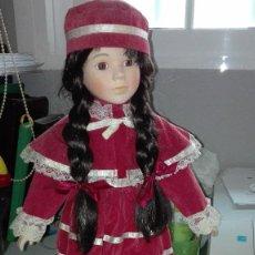 Muñecas Porcelana: MUÑECA DE PIE CON VESTIDO Y GORRO, BIEN CONSERVADA. Lote 62169904