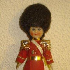 Muñecas Porcelana: MUÑECO PORCELANA SOLDADITO BRITÁNICO - MEDIDAS 18 X 7 X 24 CM (SUS OJOS SE ABREN). Lote 63954507