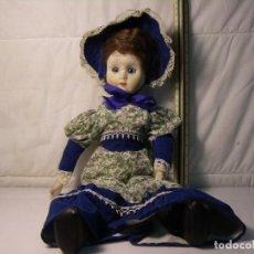 Muñecas Porcelana: ANTIGUA MUÑECA CON VESTIDO Y APEROS HECHOS A MANO (TIENE UN GOLPE EN LA CARA). Lote 64870055