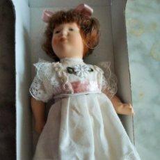 Muñecas Porcelana: PEQUEÑA MUÑECA DE PORCELANA - EN CAJA ORIGINAL - MIDE 16,5 CM. Lote 65993190