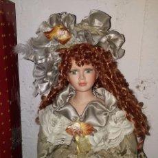 Muñecas Porcelana: MUÑECA DE PORCELANA, FABRICADA POR REGAL ARTS, PRECIOSO VESTIDO DE EPOCA CON SOMBRILLA, SOPORTE Y EN. Lote 66991798