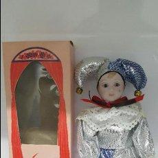 Muñecas Porcelana: MAGNIFICA MUÑECA - ARLEQUIN - EN PORCELANA DOLLS - EN SU CAJA DE ORIGEN - NUEVA SIN USO -. Lote 68348913