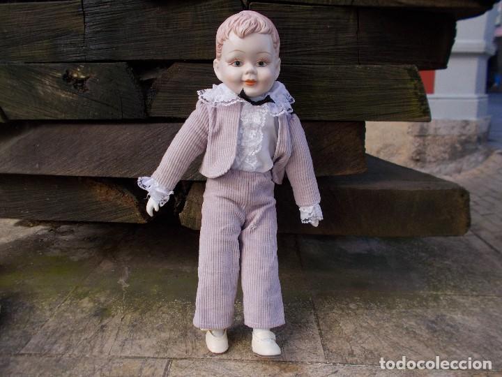 MUÑECO DE PORCELANA ,MIDE SOBRE 40 CENT LA ROPA ES ORIGINAL (Juguetes - Muñeca Extranjera Moderna - Porcelana)
