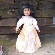 Muñecas Porcelana: MUÑECA DE PORCELANA ES MULATA ,LA ROPA ES ORIGINAL MIDE SOBRE 40 CENT . Lote 75801591