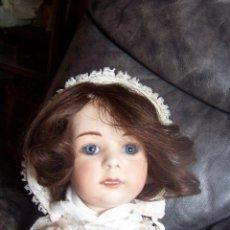 Porzellan-Puppen - Muñeco, cabeza de porcelana de los años 80 y cuerpo de cartón. Altura 47 cm.Ojos de cristal azules - 76023371