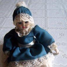 Muñecas Porcelana: MUÑECA PORCELANA Y TRAPO. 20 CMS. CABEZA MANOS Y PIES DE PORCELANA.. Lote 77751549