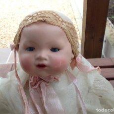 Muñecas Porcelana: RARO BEBE DE PORCELANA 53 CMTS. SIN MARCAS APARANTES.CAJA ORIGINAL . Lote 78952425