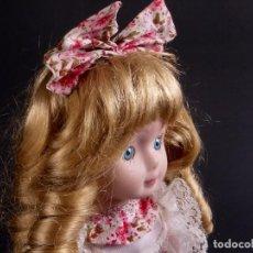 Muñecas Porcelana: MUÑECA DE PORCELANA VESTIDO FLORES ROSA. Lote 79025597