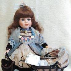 Muñecas Porcelana: MUÑECA DE PORCELANA COLECCION LEONARDO CON COCHECITO ANTIGUO Y BEBE.. Lote 80162265