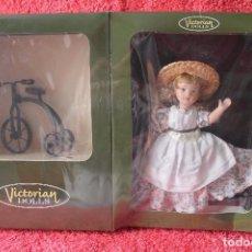 Muñecas Porcelana: VICTORIAN DOLLS-MUÑECA PORCELANA -TRICICLO Y FASCICULO. Lote 80407477