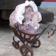 Muñecas Porcelana: COHECITO DE JUGUETE ,MUÑECO DE PORCELANA INCLUIDO. Lote 82168684