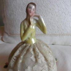 Muñecas Porcelana: MUÑECA ANTIGUA DE PORCELANA MEDIO CUERPO CON FALDA DE ENCAJE, AÑOS 20. Lote 83360620