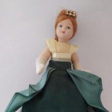 Muñecas Porcelana: MUÑECA PORCELANA DE CASA DE MUÑECAS VICTORIAN DOLLS DE COLECCIÓN 16 CM.. Lote 86084940