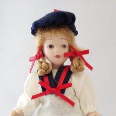 Muñecas Porcelana: MUÑECA PORCELANA CON TRICICLO METAL CASA DE MUÑECAS VICTORIAN DOLLS DE COLECCIÓN. Lote 86085296